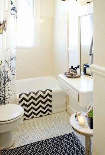 Small bathroom with pattern