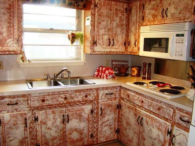 Sponge-painted kitchen cabinets that look like blood are not a selling feature.