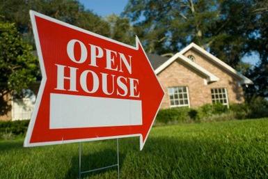 Open house sign with an arrow.